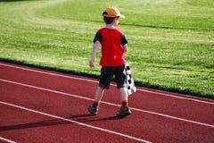 Junge auf einer Rennbahn stockfoto