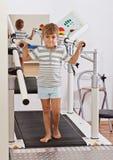 Junge auf einer Tretmühle Stockfoto