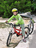 Junge auf Fahrrad. Lizenzfreie Stockfotos