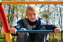 Junge auf Fallhammerstäben Stockfotografie