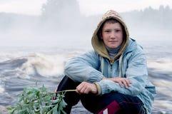 Junge auf Flussquerneigung Lizenzfreie Stockfotografie