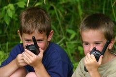 Junge auf Funksprechgeräten Stockfotografie