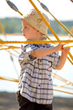 Junge auf gelben Seilen Lizenzfreies Stockbild