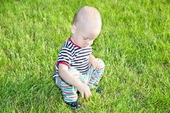 Junge auf Gras Stockfotografie