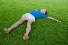 Junge auf Gras Lizenzfreies Stockfoto
