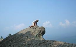 Junge auf Klippe Stockfotos