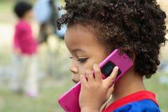 Junge auf Mobiltelefon stockbild