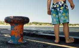 Junge auf Pier am großartigen Hafen-Nationalpark stockfotos
