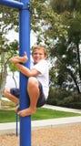 Junge auf Pol mit den Daumen up Zeichen Lizenzfreie Stockfotos