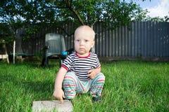 Junge auf Rasen Stockbild