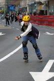 Junge auf Rennen in der vollen Drehzahl Lizenzfreies Stockfoto