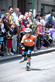 Junge auf Rollerblades, Rollerskates-Rennen in Belgrad stockbilder
