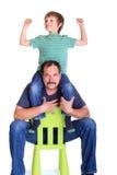 Junge auf Schultern des Vaters Stockfoto