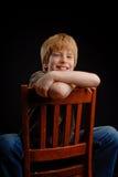 Junge auf schwarzem Hintergrund Lizenzfreie Stockbilder