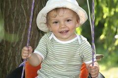 Junge auf Schwingen Stockfoto