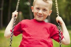 Junge auf Schwingen Lizenzfreie Stockbilder