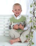 Junge auf Schwingen-Holding-Häschen stockfotos