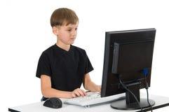 Junge auf seinem Computer Stockbild