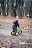 Junge auf seinem ersten Fahrrad Lizenzfreies Stockbild