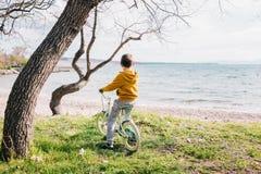 Junge auf seinem Fahrrad stockbild