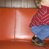 Junge auf Sofa. Lizenzfreies Stockbild