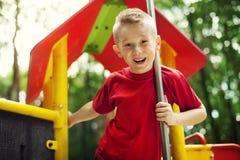 Junge auf Spielplatz Lizenzfreie Stockfotos