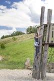 Junge auf Spielplatz Lizenzfreies Stockfoto