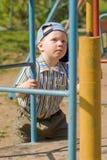 Junge auf Spielplatz Stockfotografie