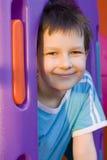 Junge auf Spielplatz Stockfoto
