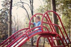 Junge auf Spielplatz Lizenzfreie Stockbilder