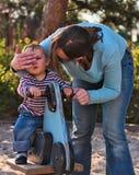 Junge auf Spielplatz mit Mutter Stockbilder