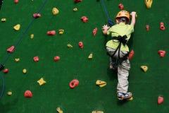 Junge auf steigender Wand Stockbild