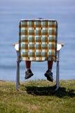Junge auf Stuhl Stockfoto