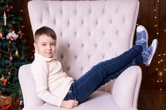 Junge auf Stuhl Weihnachtsinnenraum Abstrakte Abbildung horizontal Lizenzfreies Stockbild