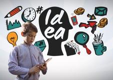 Junge auf Tablette mit bunten Ideengraphiken Lizenzfreies Stockfoto