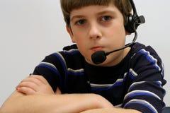 Junge auf Telefonweißhintergrund stockbilder