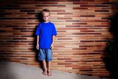 Junge auf Wand Stockbild
