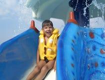 Junge auf Wasserplättchen Stockfotos
