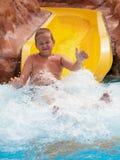 Junge auf Wasserrutschen Stockfoto