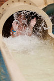 Junge auf Wasserrutschen Lizenzfreie Stockfotografie