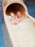 Junge auf Wasserrutschen Lizenzfreie Stockbilder