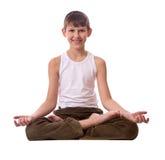 Junge auf weißem Hintergrund meditierend Lizenzfreie Stockfotos