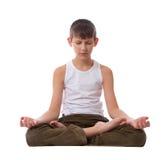 Junge auf weißem Hintergrund meditierend Stockbild
