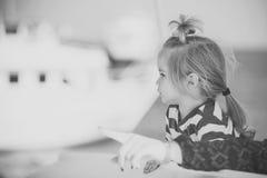 Junge auf Yacht am sonnigen Sommertag Kleines Kind des Jungen mit ernsten Gesicht und der Hand der Mutter Stockfotografie