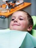 Junge auf zahnmedizinischem Stuhl Lizenzfreies Stockfoto
