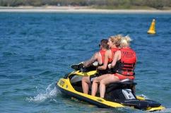 Junge australische Leute auf Wasserfahrzeug Lizenzfreies Stockbild