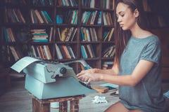Junge Autorin Besetzungs-Schreibensdetektiv der Bibliothek zu Hause im kreativen lizenzfreies stockbild