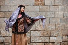 Junge azeri Frau im traditionellen Aserbaidschanerkleid tanzt traditionellen azeri Tanz stockfotos