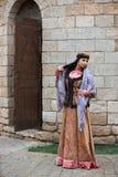 Junge azeri Frau im traditionellen Aserbaidschanerkleid tanzt traditionellen azeri Tanz lizenzfreie stockfotos