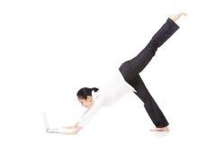 Junge Bürofrau in der Yogahaltung, die Laptop auf weißem backgrou hält Stockfotos